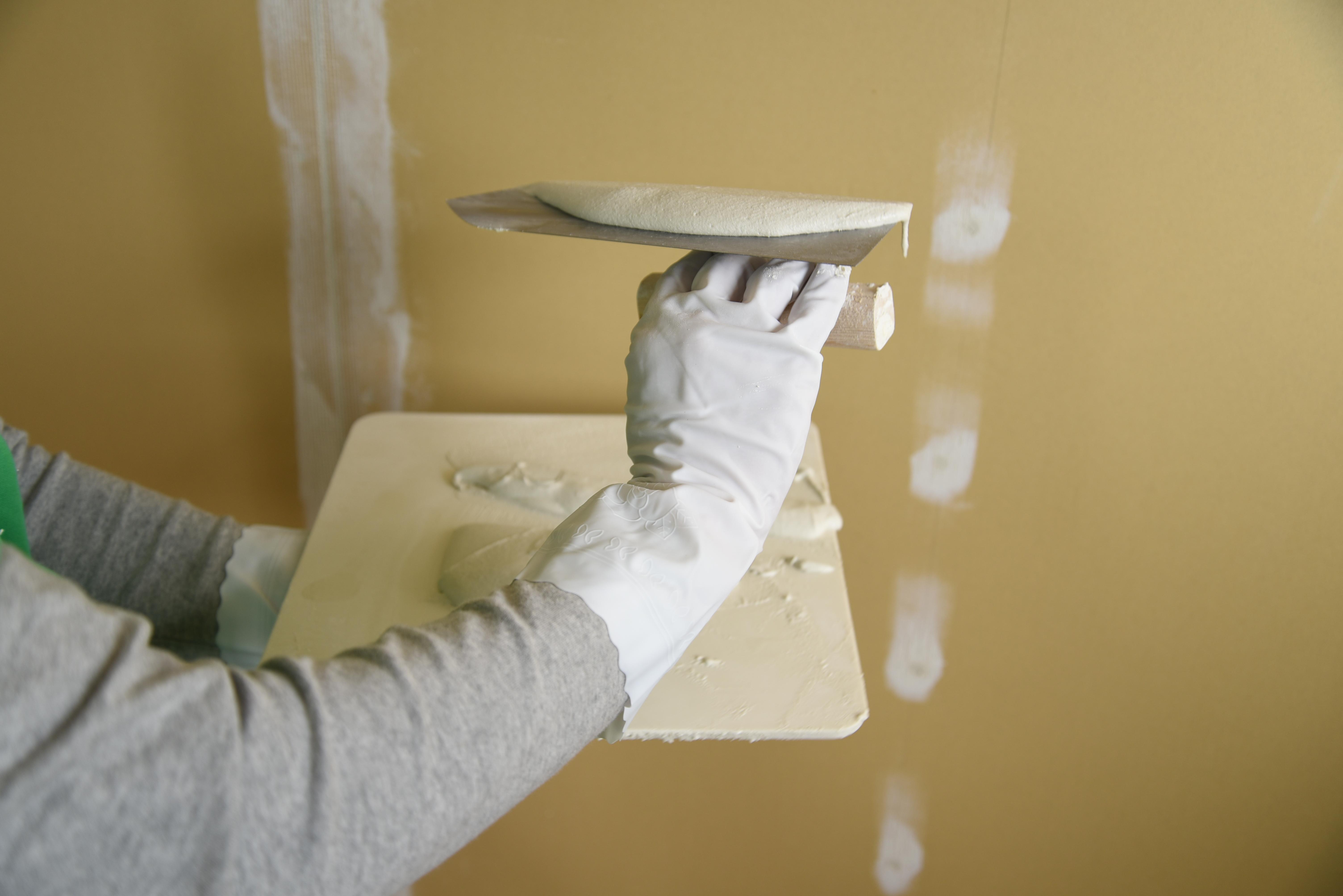 漆喰をすくう方法!盛り板からコテにすくうコツとは